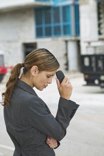 """11) İşyerinde telefona sert bir şekilde cevap verdiniz ve karşınızdaki kişi patronunuz çıktı.  Yalan söylemeyin ve başkasından telefon beklediğinizi belirtin. Sadece, """"Lütfen kusuruma bakmayın, çok özür dilerim. Kötü bir gün geçiriyorum. Size nasıl yardımcı olabilirim?"""" deyin.   12) Hakkınızda bir dedikodu çıktı ve siz bundan çok rahatsız oldunuz.  Yakın arkadaşlarınızdan, başkalarına karşı bu dedikoduyu yalanlamalarını isteyin (""""İnan bana, o kesinlikle böyle bir şey yapmaz!"""" diyebilirler.) Bu dedikodulara cevap vermek için aklınızda tek bir cümle hazırlayın. """"Hayır, ben geçen cumartesi gecesi o çocukla beraber değildim"""" demek yerine, """"Geçen hafta annemlerle kayağa gittik ve çok eğlendik"""" demeyi deneyin.   13) Bluzunuzun bir düğmesi koptu.  Eğer iğne ve ipliğe ulaşamayacağınız bir durumdaysanız, bir sakız çiğneyin ve düğmenin koptuğu yere içten yapıştırmayı deneyin.   14) Gazınız var ve karnınız şişti.  Bir bardak nane çayı için. İçindeki mentolün gaz giderici bir etkisi vardır ve gazın kolayca, sorunsuz bir şekilde dışarı çıkmasını sağlar.   15) Şemsiyeniz yoktu ve yağmura yakalandınız.  Göz damlası veya azıcık el kremini kâğıt mendile sürüp, akan makyajınızı silin ve yüzünüzü temizleyin. Sanki isteyerek yapmışsınız gibi saçınızı örün. Eğer üzerinizde birden fazla kıyafet varsa, fazlalıkları çıkarın. Saç kurutma makinesiyle üzerinizdekileri kurutun."""